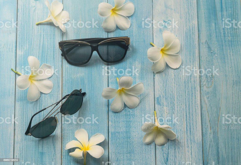Sunglsses met plumeria bloem op houten achtergrond royalty free stockfoto