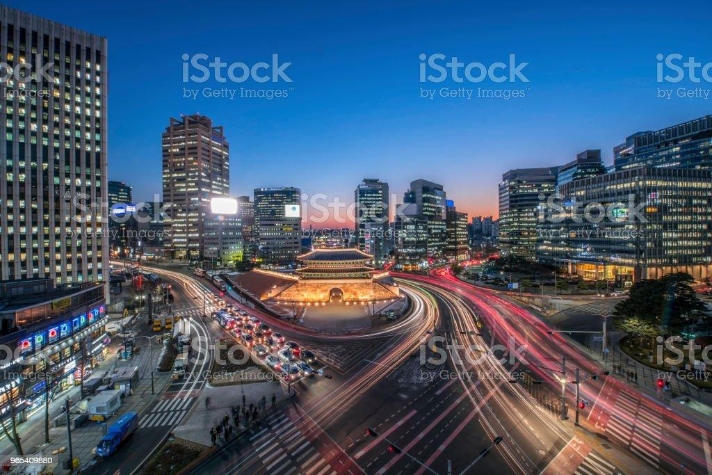 Sungnyemun portão (mercado Namdaemun) à noite em Seul, Coreia do Sul. - Foto de stock de Arcaico royalty-free