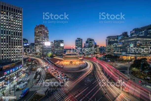 Foto de Sungnyemun Portão À Noite Em Seul Coreia Do Sul e mais fotos de stock de Arcaico