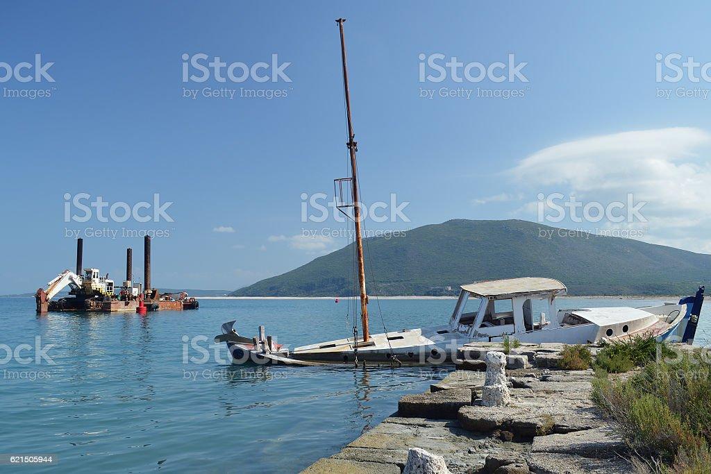 Sunken ruined boat and old dredger Lizenzfreies stock-foto