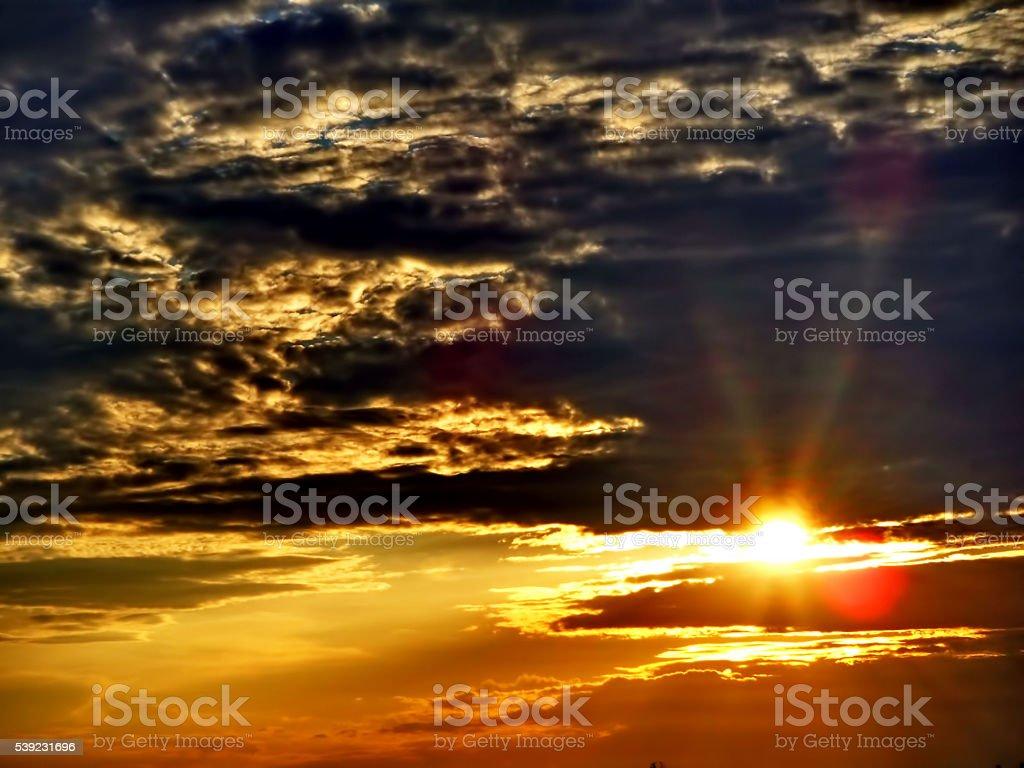Luz del sol y nubes negras foto de stock libre de derechos