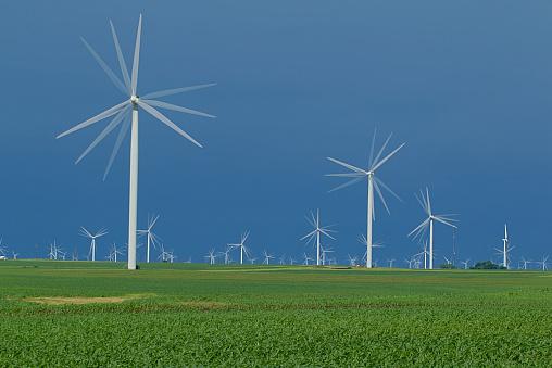 Zonlicht Op Je Eigen Windturbine Stockfoto en meer beelden van Buitenopname
