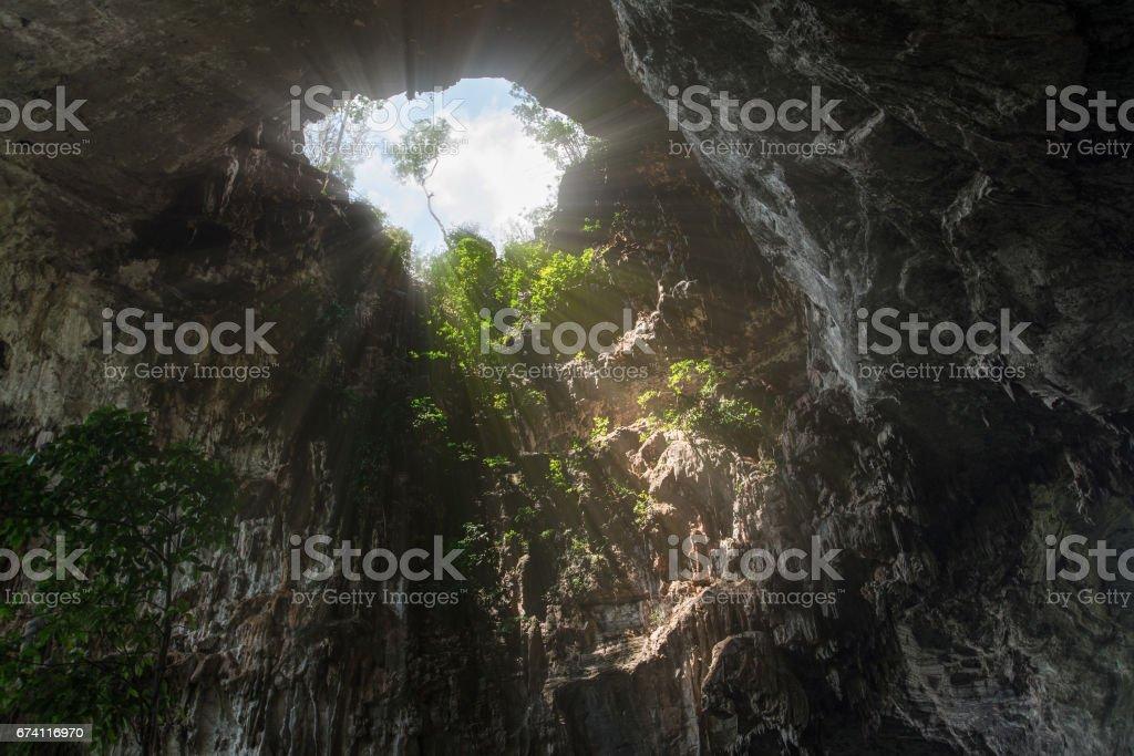 陽光照耀通過比多艾洞穴 (Chaloem Rattanakosin 國家公園), 北碧府, 泰國 免版稅 stock photo