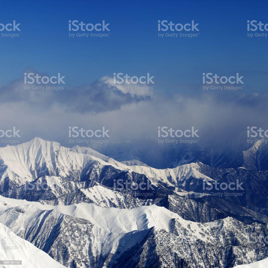 Montañas nevadas la luz del sol en la niebla - Foto de stock de Accidentes y desastres libre de derechos