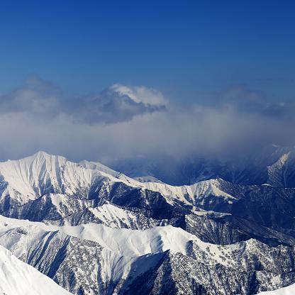 Sunlight Snowy Mountains In Fog — стоковые фотографии и другие картинки Terrain Park
