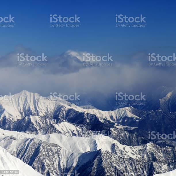 Solljus Snöiga Bergen I Dimma-foton och fler bilder på Berg