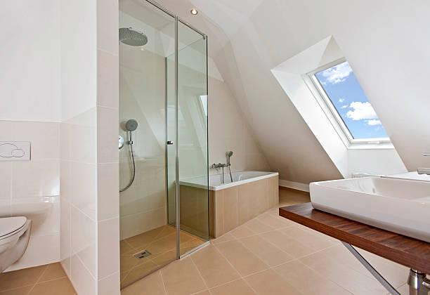 Sonnendurchfluteten Badezimmer mit Fenster auf dem Dach – Foto