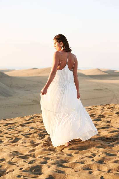 beyaz güneşli güzellik - beyaz elbise stok fotoğraflar ve resimler