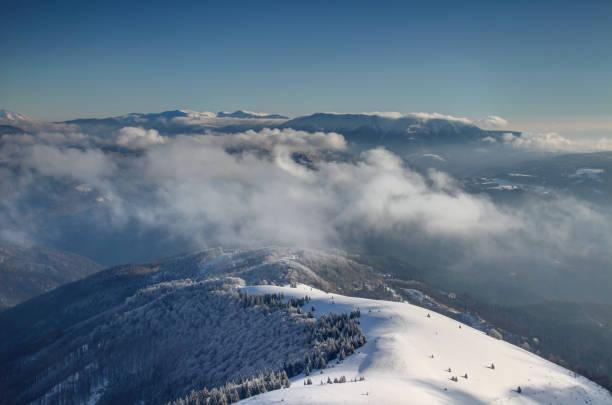 구름 위에 velka fatra 및 nizke 트리의 햇볕에 쬐 인 능선 - 벨리카 파트라 뉴스 사진 이미지