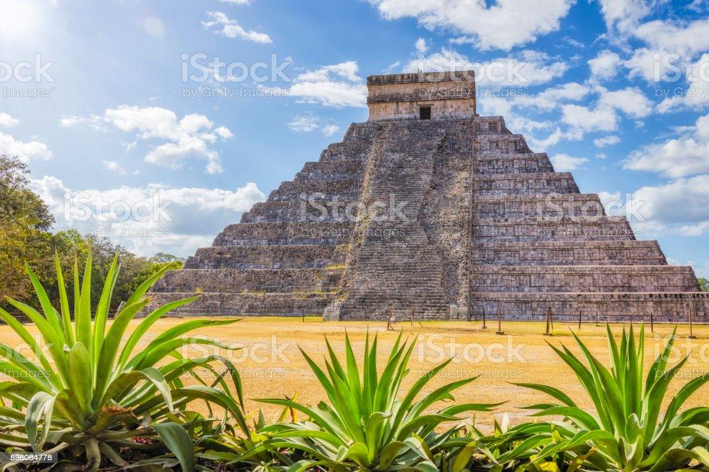 Sonnigen Ausgrabungsstätte Kukulkan / El Castillo, Maya-Pyramide Chichen Itza Mexico – Foto