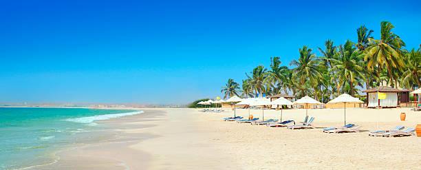 солнечный пляже салала оман - oman стоковые фото и изображения