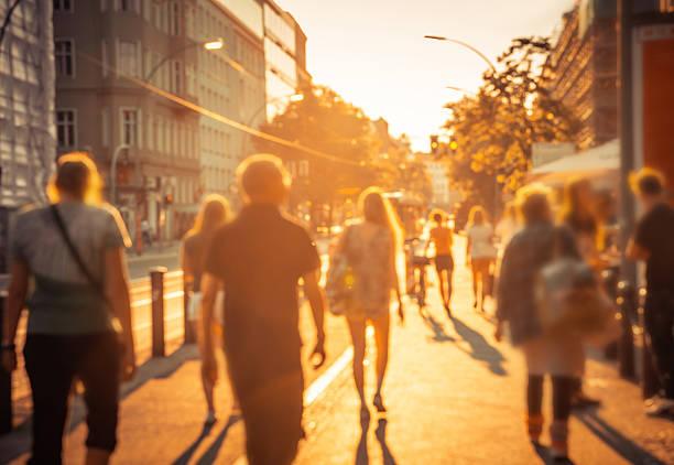 giornata di berlino via vita, sfocato immagine - city walking background foto e immagini stock