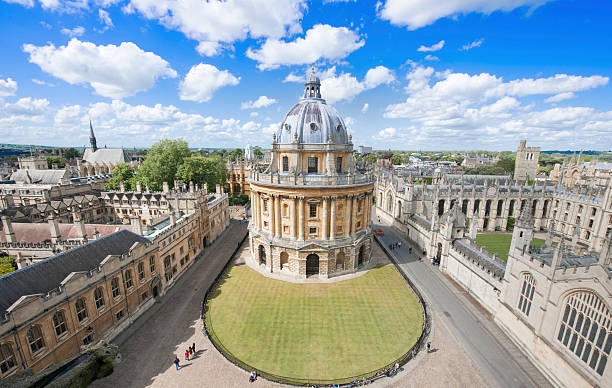 sunny day at radcliffe camera, in oxford uk - vroegmoderne tijd stockfoto's en -beelden