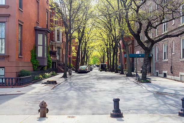 Dia ensolarado na rua no Brooklyn, Nova York - foto de acervo