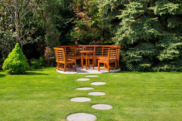 Sonnigen Tag in einem Frühlingsgarten mit Holzbänken – Foto