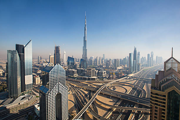 sonnigen tag in dubai - sheikh zayed road stock-fotos und bilder