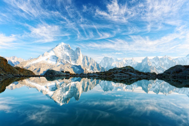 sunny day on lac blanc lake in france alps - monte bianco foto e immagini stock