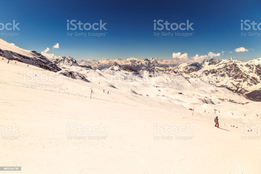 sunny day on the ski slopes of Cervinia royalty-free 스톡 사진