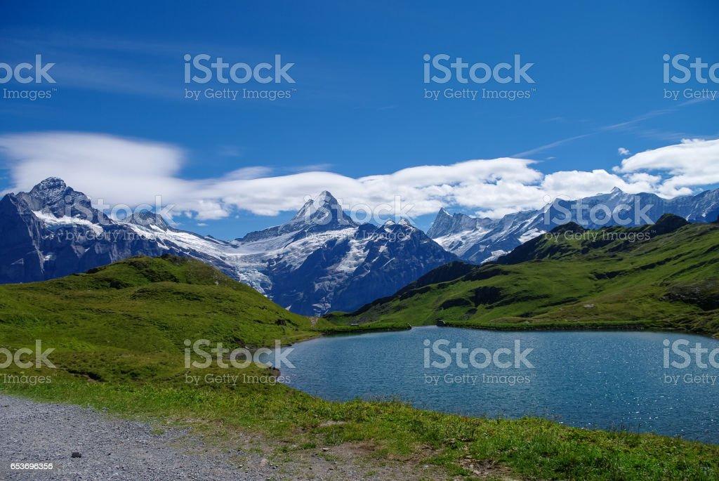Sonnigen Tag Blick auf die Berge Bachalpsee See. Männlichen (Jungfrauregion, Bern, Schweiz) – Foto