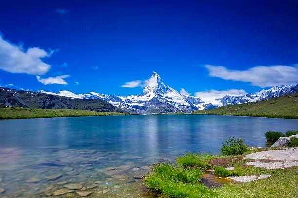 sunny day with view to matterhorn  - long time exporsure - kanton schweiz stock-fotos und bilder