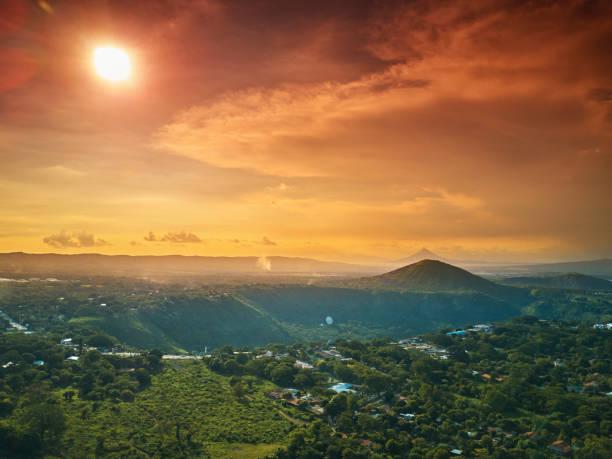 sonnigen nicaragua landschaft - nicaragua stock-fotos und bilder