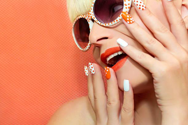 sonnige orange maniküre und make-up. - nageldesign trend stock-fotos und bilder