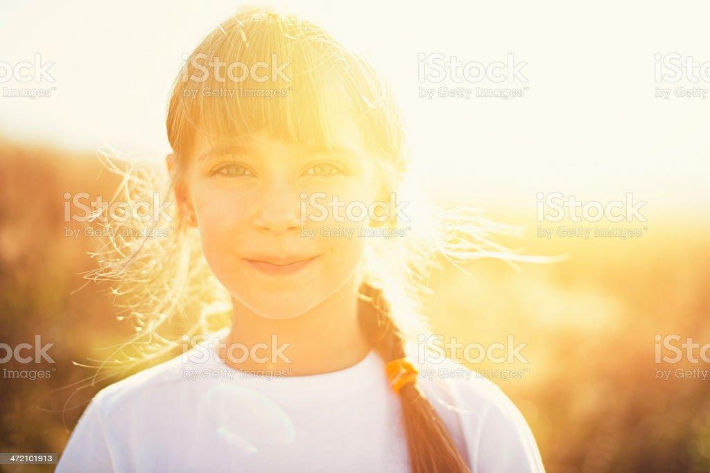 Sonnige Porträt von einem kleinen Mädchen – Foto