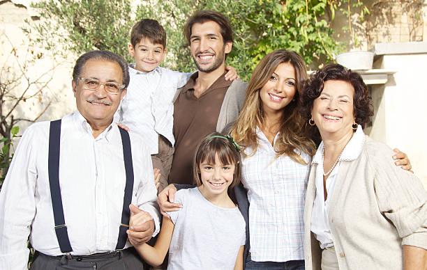 Sonnige Porträt der klassischen italienischen Familie – Foto