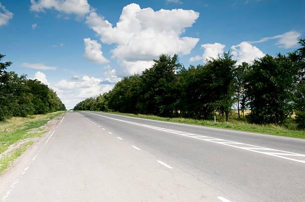 Sunny road zwischen den Städten – Foto
