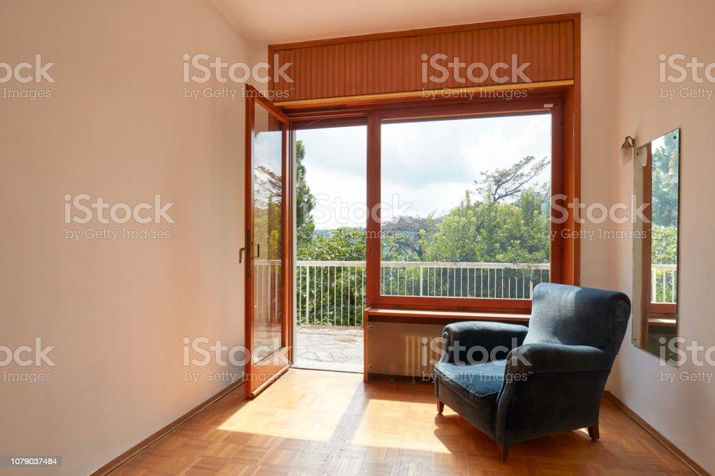 Interior De Habitación Soleada Con El Sillón De Terciopelo