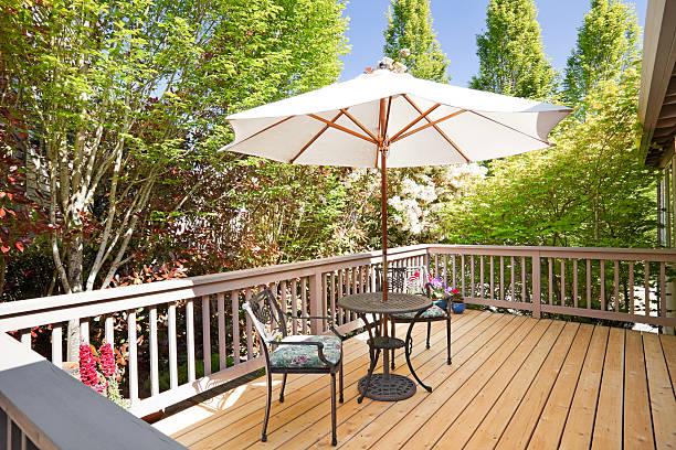 sonnige back deck - outdoor sonnenschutz stock-fotos und bilder