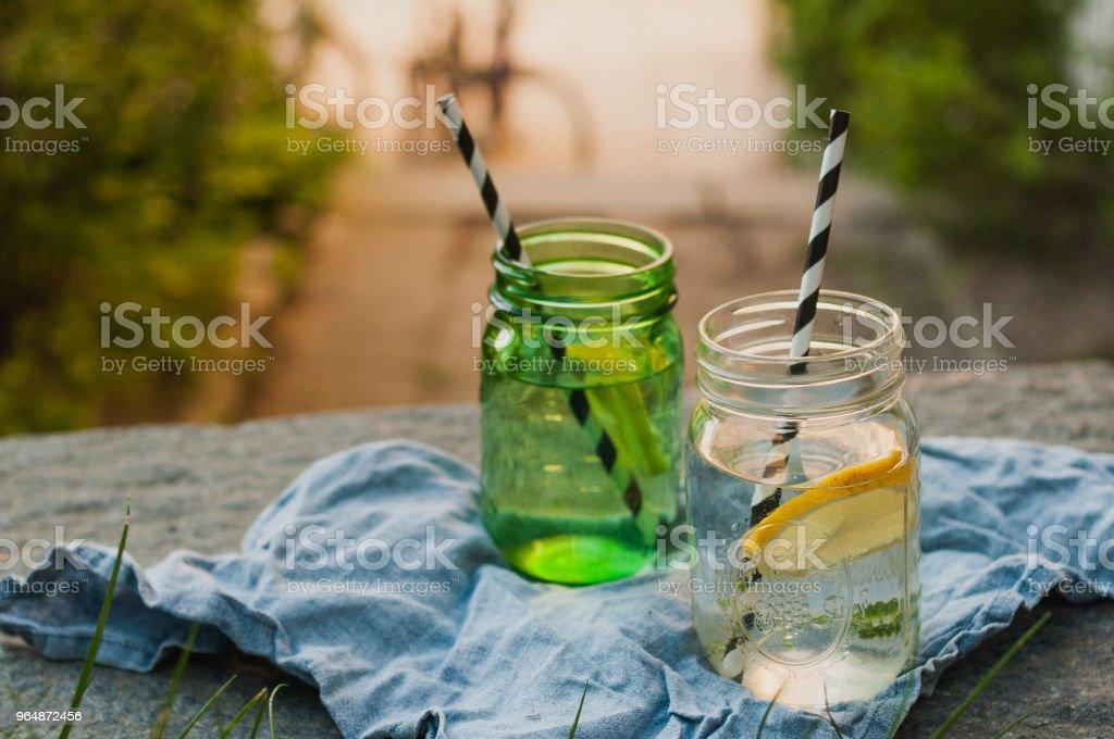 兩個梅森罐子和檸檬水的陽光拍攝 - 免版稅便裝圖庫照片
