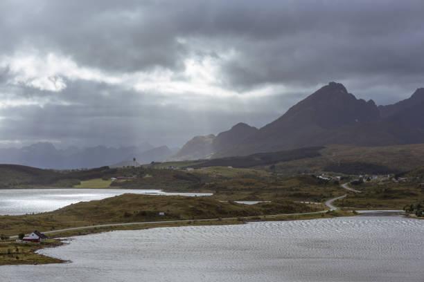 Sonnenstrahlen in natürlichen Berglandschaft mit Blick aufs Meer im Sommer in Lofoten, Norwegen. – Foto