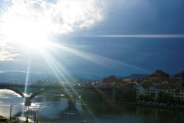 sonnenstrahlen über die stadt maribor - eisenstadt austria stock-fotos und bilder