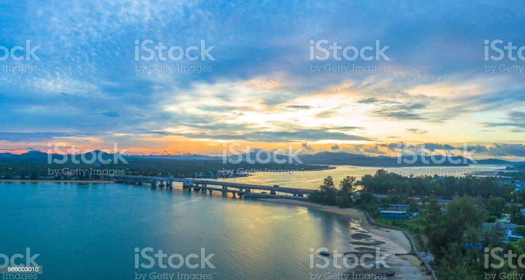 Soluppgång över Sarasin bridge conect Phuket och Pang Nga - Royaltyfri Arkitektur Bildbanksbilder