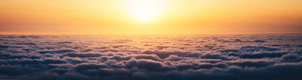 日の出の上の雲 ストックフォト