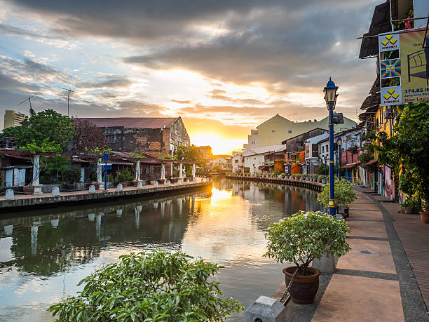 sunrise along the old building on riverside in malacca, malaysia - malakka staat stockfoto's en -beelden