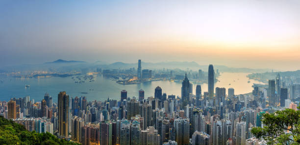 Salida del sol y edificios en el puerto de Vitoria, Hong Kong - foto de stock