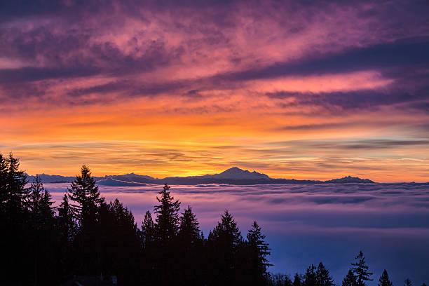 lever du soleil et ciel nuageux - mont baker photos et images de collection