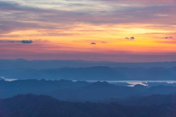 Sonnenaufgang und Berg am Morgen – Foto