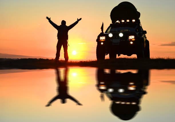 sonnenaufgang und das glück des reisens mit dem auto - rally stock-fotos und bilder