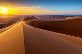 夜明けの Chebbi 砂漠の砂丘、モロッコ、北アフリカ