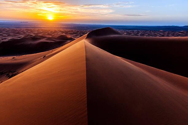 sunris'at erg chebbi-dünen, marokko, nordafrika  - sahara stock-fotos und bilder