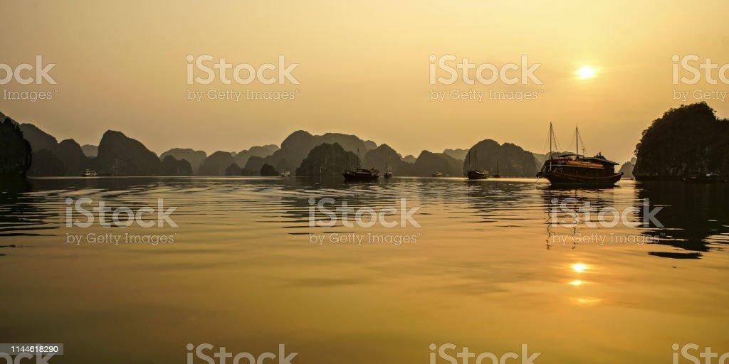 sonnenaufgang am halong bay – Foto