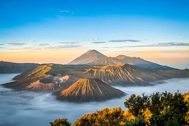 Sunrise at Mount Bromo Sunrise at Mount Bromo, Java, Indonesia volcano stock pictures, royalty-free photos & images