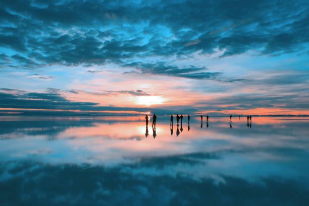 sunrise at salar de uyuni, bolivia - 阿爾蒂普拉諾山脈 個照片及圖片檔