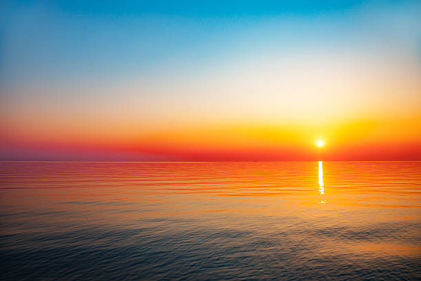 Nascer do sol no mar - foto de acervo