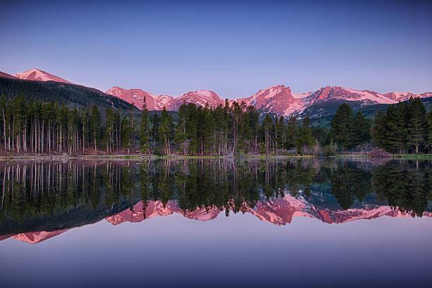 alba sul lago sprague, parco nazionale delle rocky mountain - estes park foto e immagini stock