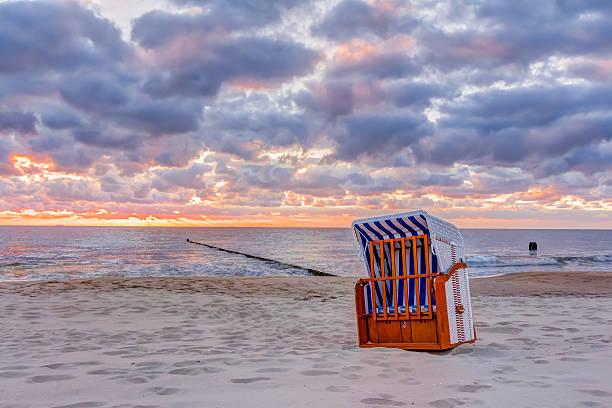 sonnenaufgang am strand  - wellness ostsee stock-fotos und bilder