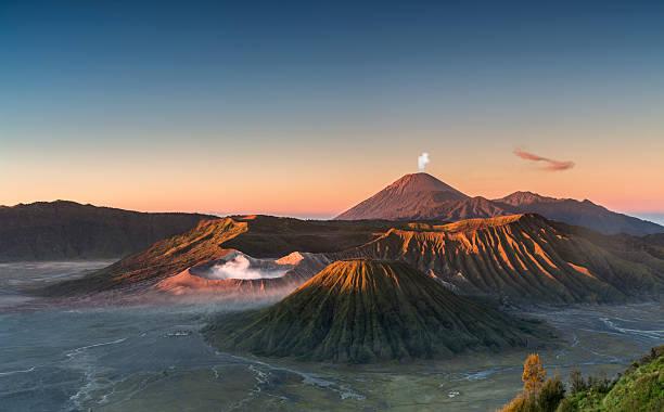 wschód słońca w górach w indonezji wulkan bromo - wulkan czynny zdjęcia i obrazy z banku zdjęć